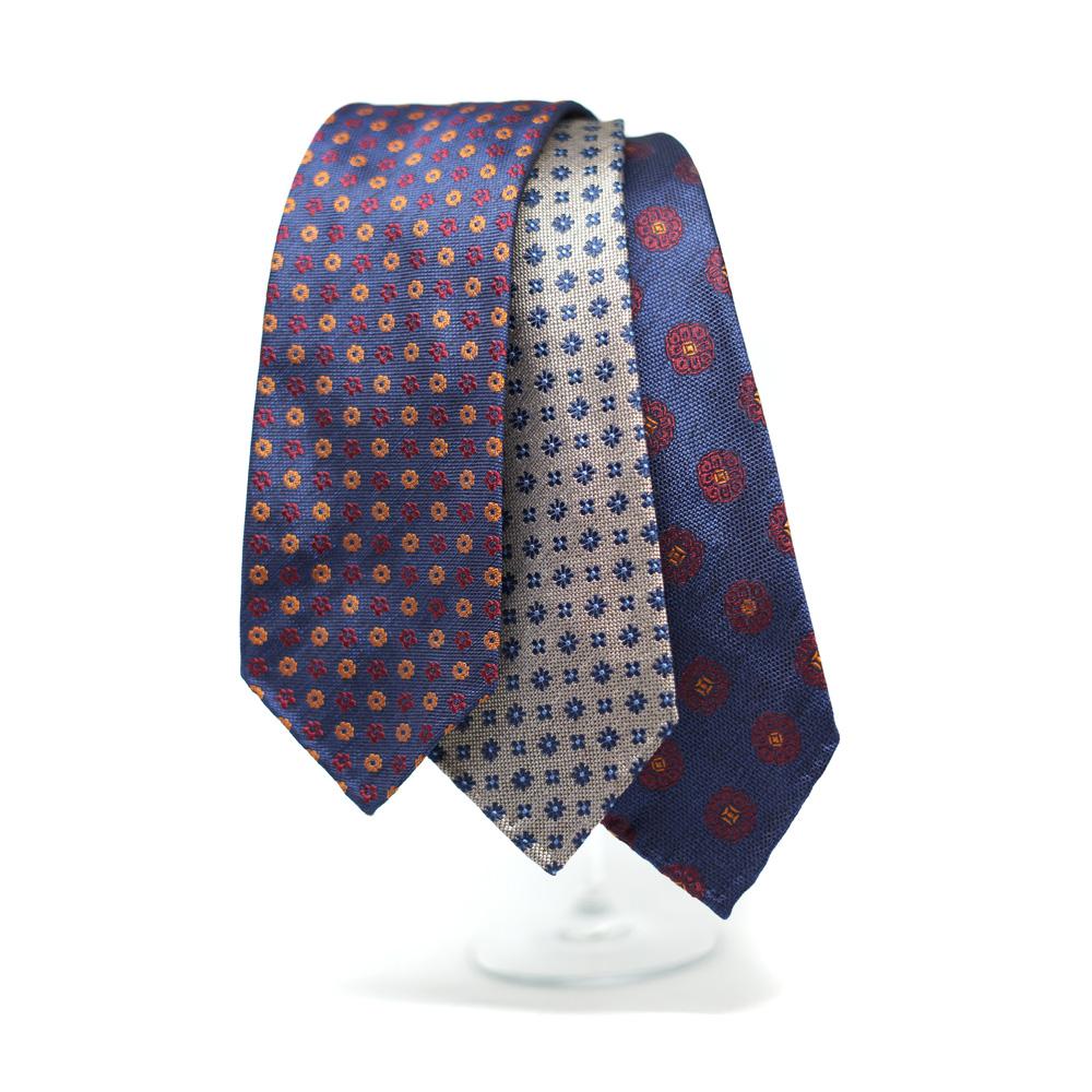 """Il primato assoluto della confezione di lusso delle cravatte spetta  senz altro alla """"sette pieghe"""" che richiedono una quantità di tessuto  maggiore e di una ... 7008709f27c5"""
